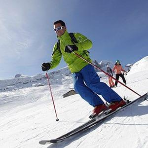 Photo d'illustration tourisme d'un skieur et sa famille