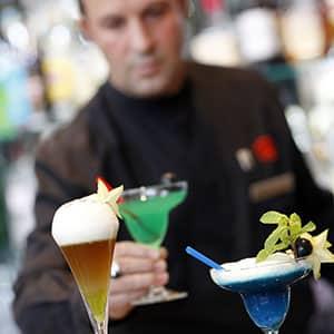 Photo d'un serveur qui sert un cocktail dans un bar