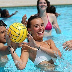 Photo d'une femme qui joue au ballon dans une piscine à Hendaye