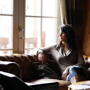 Agence Photo : Hébergement femme qui regarde par la fenêtre