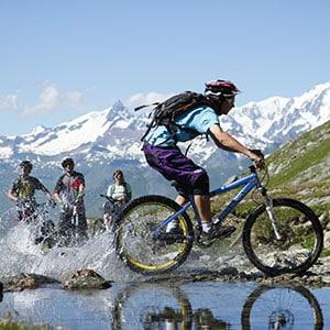 Agence Photo : Image de VTT avec figurants en montagne