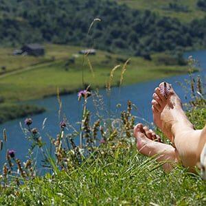 Photo d'illustration de pieds devant le barrage de Roselend