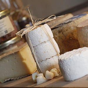 Photo packshot de fromage sur un plateau