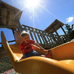 Photo d'un petit enfant dans un toboggan