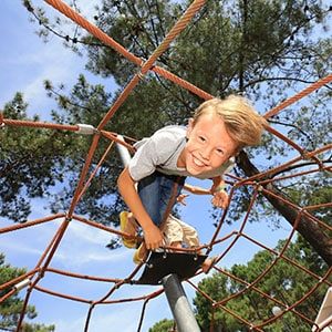 Image d'un garçon dans un Jeux d'enfant