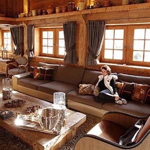 Photo d'hébergement d'un chalet en montagne avec une femme sur le canapé