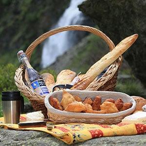Image de Panier Repas pour un Pique-nique avec tourtons, pain, fromage