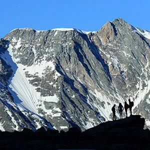 Groupe de Randonneurs au lever du jour en montagne