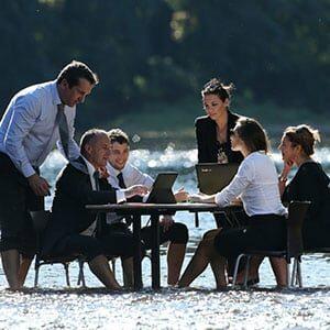 Photo Incentive mise en scène avec une réunion dans l'eau