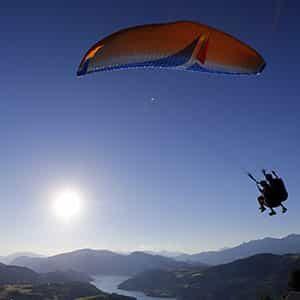 Photo drone de parapente au lac de Serre-Ponçon
