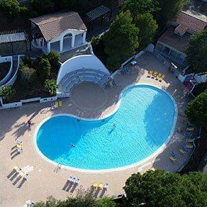 Photo drone d'une piscine de camping Campéole au Lavandou