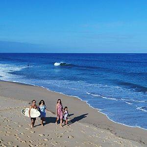 Photo drone : une famille marchant sur la plage à Saint Girons
