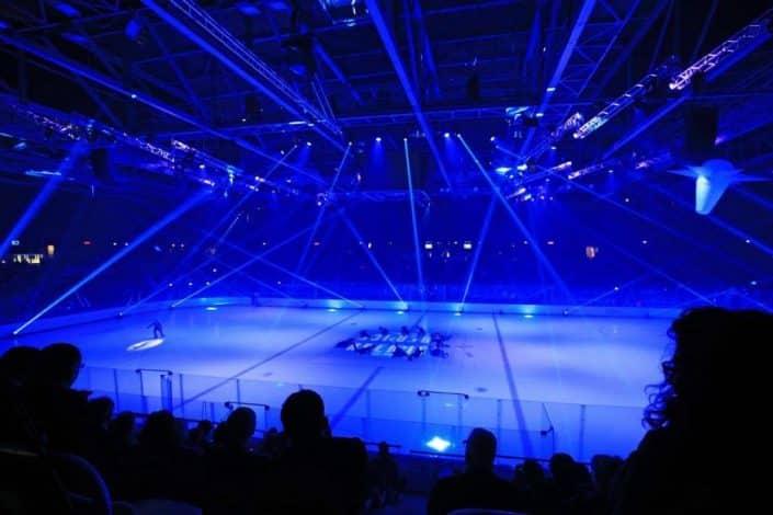 Photo de la patinoire avec une lumière bleue