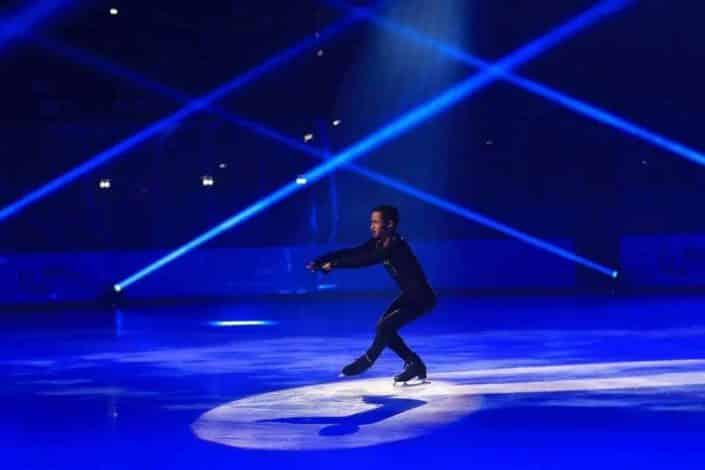 Patineur en plein show de danse sur glace