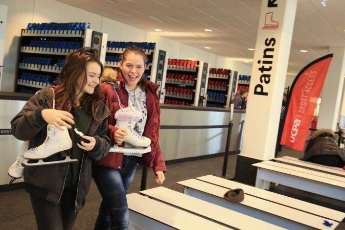 Image d'une arrivée de jeunes femmes au vestiaire de la patinoire