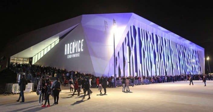 La foule devant la patinoire de l'Aren Ice lors de l'inauguration