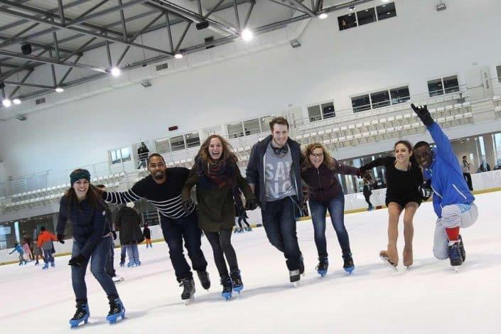 Groupe d'amis sur la glace de l'Aren Ice