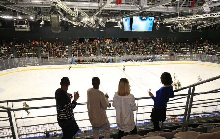 Match de Hockey avec un groupe de spectateurs