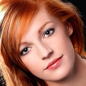 Portrait couleur d'une jolie femme rousse en studio