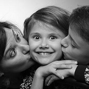Photo en studio d'une jeune fille et ses parents