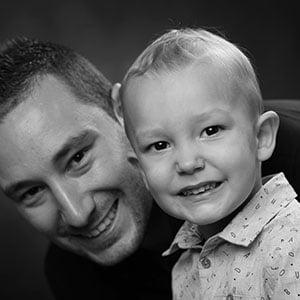 Photo d'un père et son fils en noir et blanc en studio