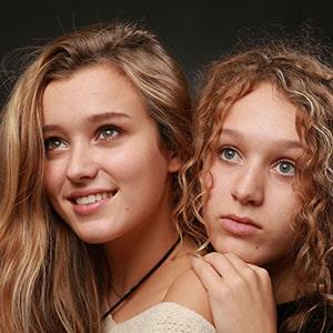 Photo de deux soeurs en studio