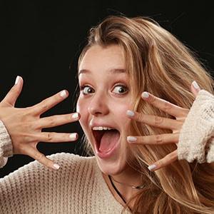 Photo d'expression du visage d'une jeune femme réalisée au Studio de l'agence Urope