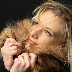 Photo d'une jeune femme blonde réalisée en studio chez Urope