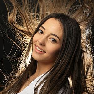 Photo en studio d'une femme dont les cheveux volent