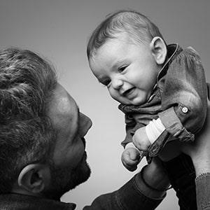 Photo complice d'un père et son bébé en noir et blanc