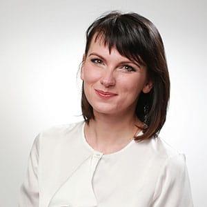 Portrait photo CV d'une femme d'affaires brune