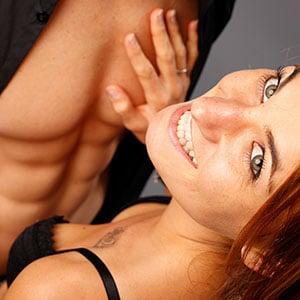 Photo sexy en studio d'un couple avec l'homme aux abdos dessinés